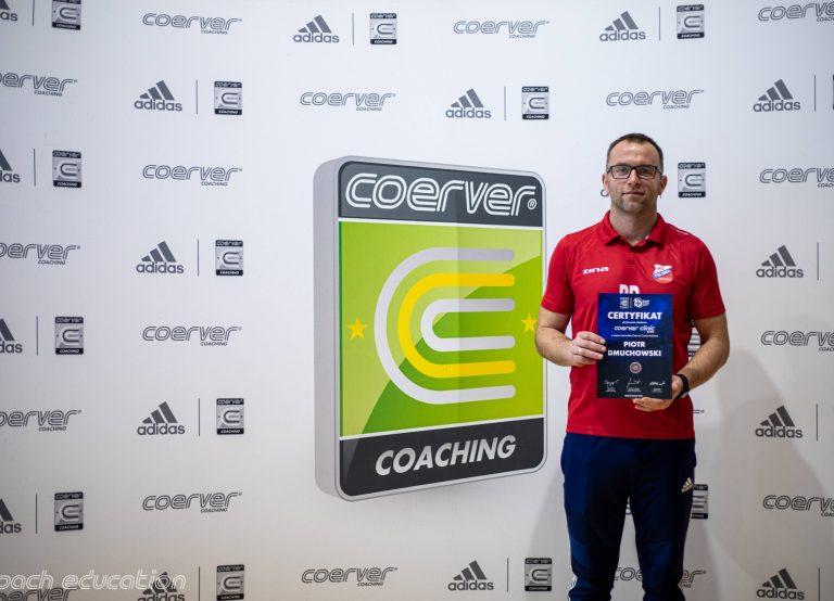 Trener Piotr Dmuchowski z certyfikatem Coerver Coaching